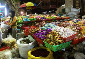 Many, many sweets in colorful wrapping go on sale before the Spring Festival.