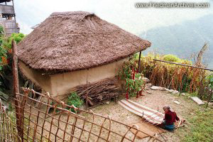Nepal Images - Old Woman Weaving